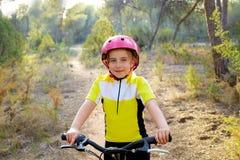 Motorista de la muchacha del niño en la bici de montaña MTB fotografía de archivo libre de regalías