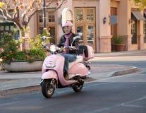 Motorista de la señora en la calle de la ciudad Imagen de archivo libre de regalías