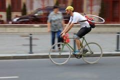 Motorista de la toma panorámica en la calle Imagen de archivo libre de regalías