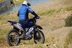 Motorista de Moto que conduce la bici del enduro Fotografía de archivo libre de regalías