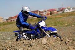 Motorista de Moto que conduce la bici del enduro Imágenes de archivo libres de regalías
