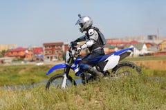 Motorista de Moto que conduce la bici del enduro Imagen de archivo libre de regalías