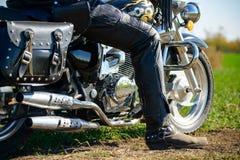 Motorista de motocicleta em Chopper Bike feito sob encomenda em Autumn Dirt Road no campo verde Conceito da aventura fotos de stock