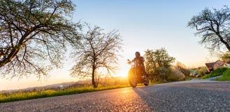 Motorista de motocicleta na estrada imagens de stock