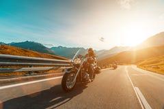 Motorista de motocicleta que monta o cruzador japonês do poder superior na estrada alpina em Hochalpenstrasse famoso, Áustria fotografia de stock