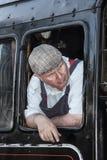 Motorista de motor britânico do vapor das estradas de ferro na cabine Foto de Stock Royalty Free