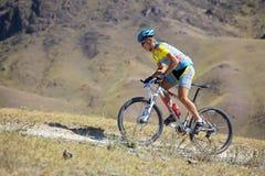 Motorista de Mountian en la raza de la montaña del desierto Foto de archivo libre de regalías