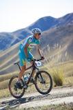 Motorista de Mountian en la raza de la montaña del desierto Fotografía de archivo libre de regalías