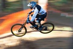 Motorista de salto de la montaña Fotos de archivo