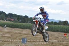Motorista de salto do motocross Fotografia de Stock