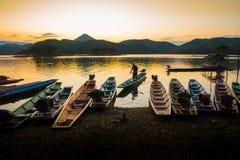 Motorista do barco de volta à costa com por do sol fotografia de stock