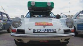 Motorista 1963 do clássico de Porsche 911 para dentro, retro modelo do vintage vídeos de arquivo