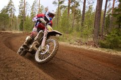 Motorista do motocross que acelera o velomotor no autódromo Fotos de Stock