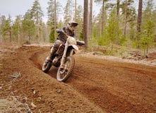 Motorista do motocross que acelera o velomotor no autódromo Foto de Stock