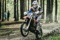 Motorista do motocross sob o pulverizador da lama Fotografia de Stock Royalty Free