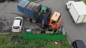 Motorista do recipiente da carga de Kamaz do caminhão de lixo com lixo em seus escaninhos Lapso de tempo vídeos de arquivo