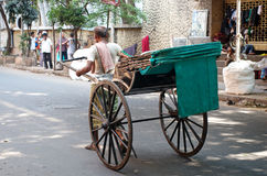 Motorista do riquexó que trabalha em Kolkata, Índia Fotografia de Stock Royalty Free