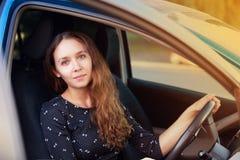Motorista do seguro de carro Menina bonita Interior da senhora da beleza Escola da movimentação fotografia de stock