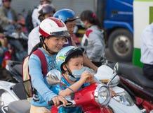 Motorista e hijo vietnamitas de la madre Imágenes de archivo libres de regalías