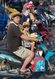 Motorista e hijo vietnamitas del padre Foto de archivo