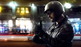 Motorista en ciudad de la noche Foto de archivo