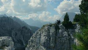 Motorista en el acantilado de la montaña almacen de video