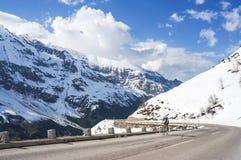 Motorista en el camino alpino de la alta montaña Fotografía de archivo libre de regalías
