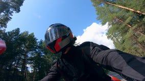 Motorista en el casco mientras que conduce el vehículo almacen de video