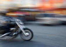 Motorista en el movimiento que va abajo de la calle imágenes de archivo libres de regalías