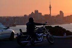 Motorista en la moto Fotografía de archivo libre de regalías