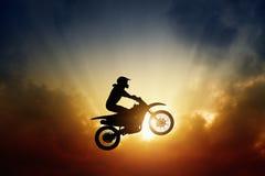 Motorista en la moto Foto de archivo libre de regalías