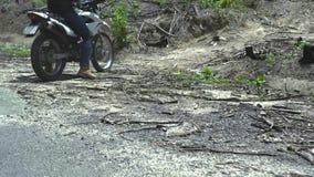 Motorista en la motocicleta en apagado el camino en montaña Motorista de Moto que conduce en la motocicleta en camino del campo D almacen de video