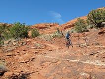 Motorista en las rocas rojas, Sedona, los E.E.U.U. de la montaña Fotografía de archivo