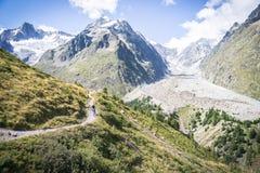 Motorista en montañas Fotografía de archivo libre de regalías