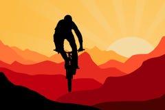 Motorista en montañas en salida del sol Fotos de archivo libres de regalías