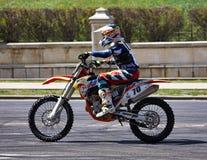 Motorista en pista Fotos de archivo libres de regalías