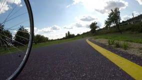 Motorista en un camino de la bici en Hungría almacen de video