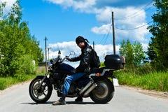 Motorista en una motocicleta Imagen de archivo