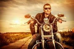 Motorista en una motocicleta Fotos de archivo libres de regalías