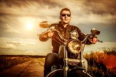 Motorista en una motocicleta Imágenes de archivo libres de regalías