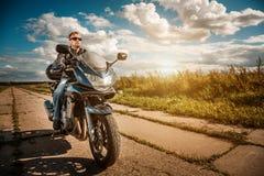 Motorista en una motocicleta Fotografía de archivo
