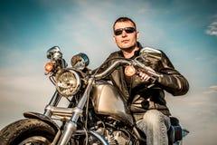 Motorista en una motocicleta imagen de archivo libre de regalías
