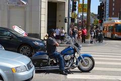 Motorista envejecido que se sienta en Harley-Davidson legendario imagenes de archivo