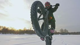Motorista extremo profesional del deportista que monta la bici gorda en al aire libre El paseo del ciclista en hombre del bosque  metrajes