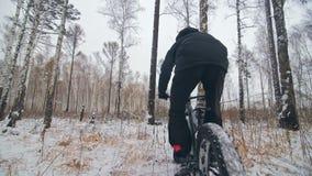 Motorista extremo profesional del deportista que monta la bici gorda en al aire libre Opinión del primer de la rueda posterior Pa almacen de metraje de vídeo