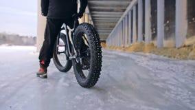 Motorista extremo profesional del deportista que monta la bici gorda en al aire libre Opinión del primer de la rueda posterior Pa almacen de video