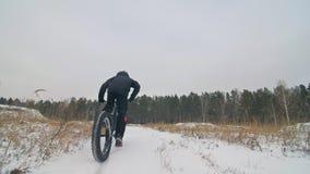 Motorista extremo profesional del deportista que monta la bici gorda en al aire libre Opini?n del primer de la rueda posterior Pa almacen de metraje de vídeo