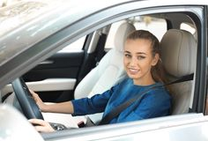 Motorista fêmea com a correia de segurança prendida fotografia de stock royalty free