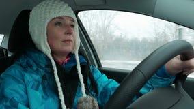 Motorista fêmea novo focalizado conduzindo um carro video estoque