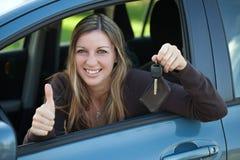 Motorista feliz com chave do carro Imagens de Stock Royalty Free